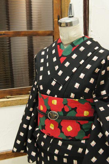 白黒チェックに赤の十字がアクセントになったウールの単着物です。