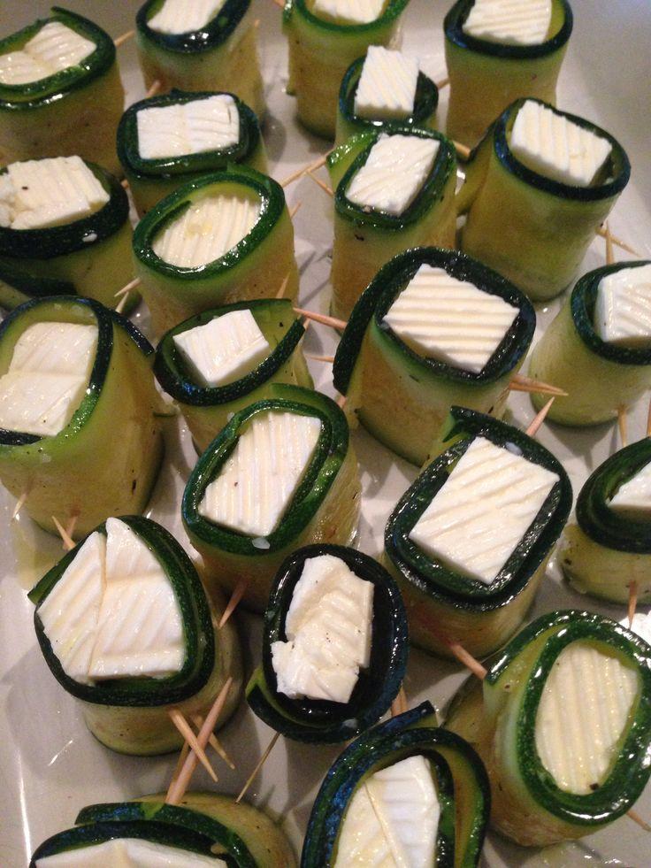 Zuchini Schafskäse Röllchen   Zuchini's mit der Reibe (Messer) in lange Scheiben schneiden . Frischhaltefolie auslegen und einölen, salzen  . Eine Lage Zuchini dann ölen, salzen  , Lage Zuchini, ölen, salzen... immer abwechselnd. 2std marinieren .  Den Schafskäse in Würfel schneiden und mit einer Zuchinischeibe aufrollen , mit einem Zahnstocher fest stecken.   Im Backofen 200grad 15-20 min überbacken