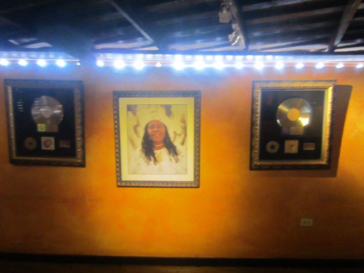 een foto van de moeder van Bob Marley en zijn gouden platen vindt je terug bij het Bob Marley Mausoleum in Nine Miles