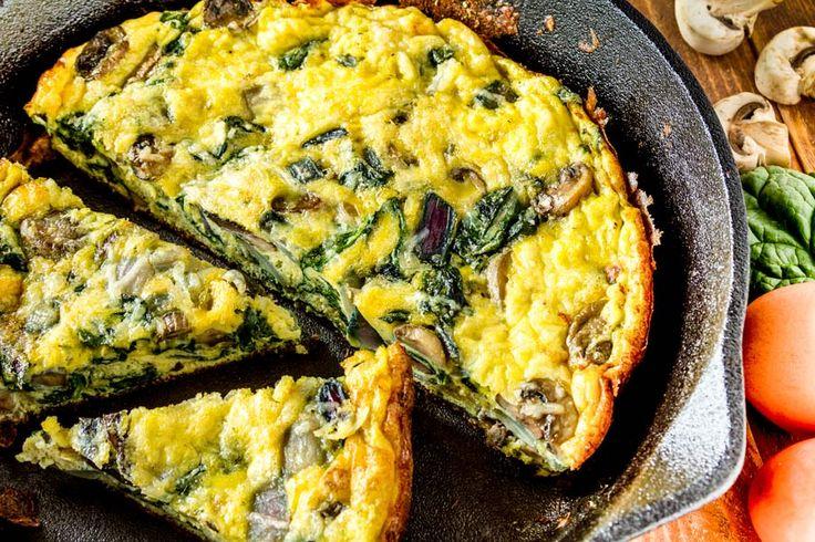 Wunderbar saftige Champignon Spinat Frittata. Angebratene Pilze und frischer Blattspinat verschmolzen mit einer aromatischen Käse-Ei Hülle.     http://einfach-schnell-gesund-kochen.de/champignon-spinat-frittata/