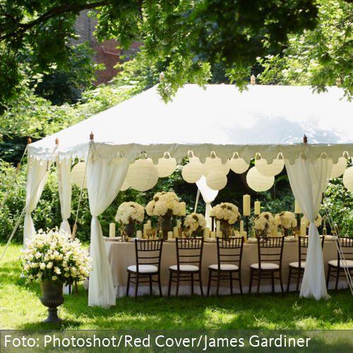 Weißer, romantischer Pavillon für festliche Anlässe im Garten