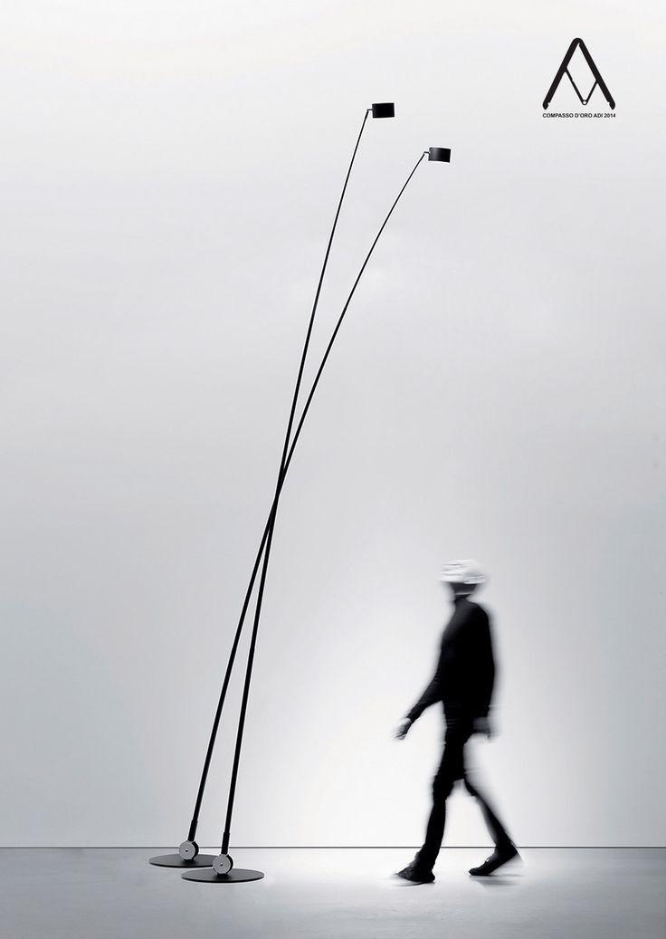 SAMPEI _ Davide Groppi - Enzo Calabrese, 2011 Metallo - Fibra Di Vetro Lampada da terra con dimmer Riflettore orientabile Inclinazione stelo 0° / 10° _ Sampei è l'idea di un segno nello spazio, l'idea di mettere la luce per terra o sul tavolo. Un filo d'erba che oscilla e si flette quasi sotto il peso dello sguardo. Alla fine, Sampei è una canna da pesca.  _ Compasso d'Oro ADI 2014 230 V - 50 / 60 Hz ALOGENA 50 / 60 W - 680 / 870 lm BIANCO OPACO NERO OPACO