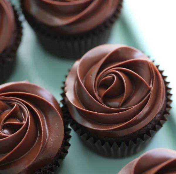 La Ganache al cioccolato è una deliziosa crema ideale per coprire e farcire torte e dolci. Preparala sia con cioccolato fondente che con cioccolato bianco.