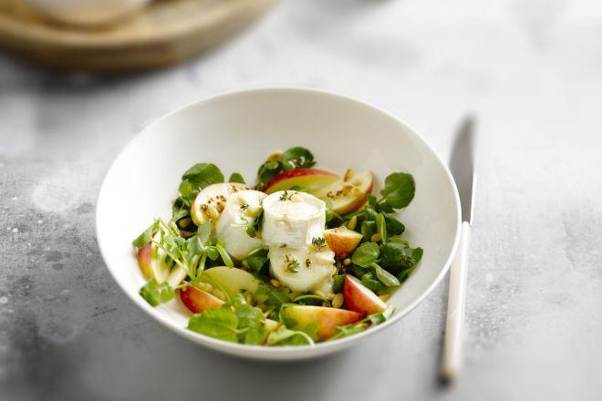 Een salade geitenkaas met appel en een frisse dressing