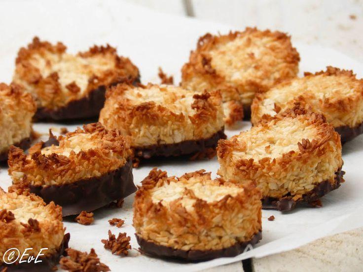Kokoskoekjes, ook wel makronen genoemd. Je kent ze wel. Die grote koeken met een laagje 'eetpapier' en een gat in het midden. Ik maakte een kleine versie van deze kokoskoeken. Omdat ik eiwitten ove...