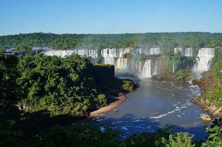 Водопады Игуасу (Аргентина, Бразилия).  Водопады Игуасу – огромный комплекс водопадов, расположенный на стыке государств Бразилия (штат Парана) и Аргентина (провинция Мисьонес), на пересечении рек Парана и Игуасу. Они раскинулись на территории граничащих между собой одноименных национальных парков (бразильского и аргентинского). Комплекс, имеющий форму полумесяца, состоит из множества водопадов, количество которых в зависимости от времени года и напора воды может достигать 275.