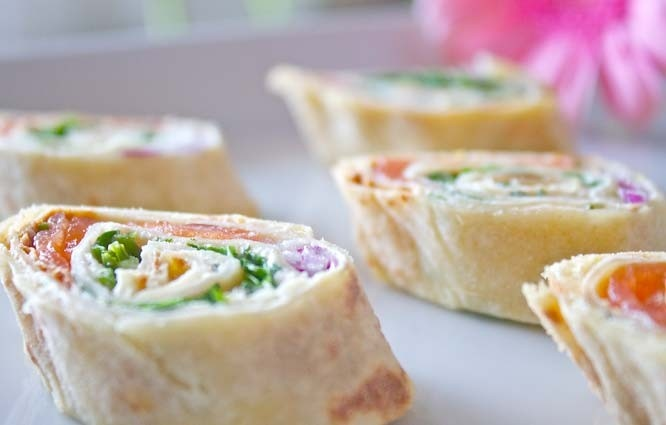 Lefse med laks og ruccola>>savory lefse with herb cream cheese, smoked salmon, red onion and frisee