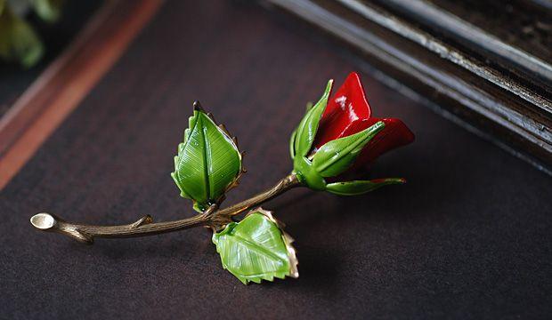 60-70's頃のゴールドメタル製ブローチ。花びらには真っ赤なエナメル、葉っぱには綺麗なグリーンのエナメルペイントがほどこされている。