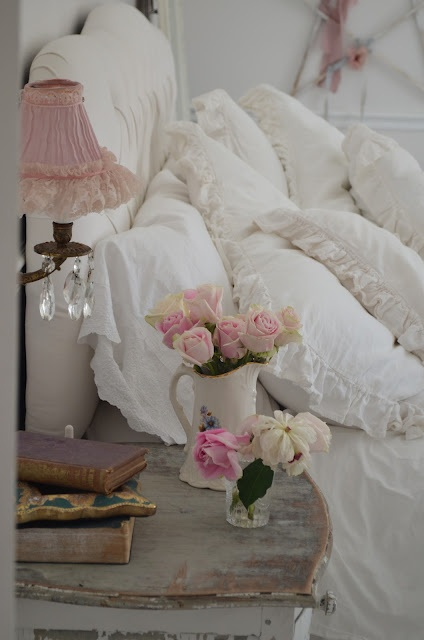 Pink and white shabby chic in the bedroom