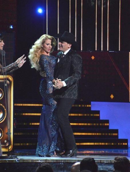 José Manuel Figueroa baila con Marjorie de Sousa durante los Premios Bandamax a la música mexicana, donde se rindió homenaje a Joan Sebastian, en México, el 10 de agosto de 2015.¿Nos sigues en Facebook?