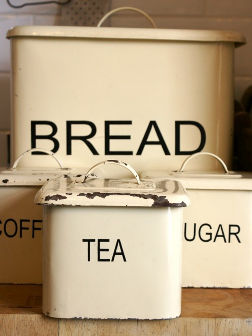 Vintage enamel bread bin & storage jars <3: Vintage Storage, Breads Boxes, Vintage Canisters, Paintings Metals, Interiors Design, Vintage Enamelware, Storage Jars, 1950S Paintings, Bins Storage