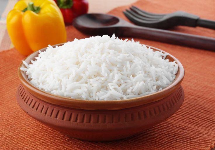 Orezul se fierbe in apa fara sare. La o masura de orez se pun 2 masuri de apa. De preferat orezul cu bob lung, sau orezul prefiert. Nu se lipeste si este mai gustos. Daca vrei totusi sa nu fie deloc lipicios, dupa ce a fiert, il poti trece repede printr-un jet de apa rece. Succes!
