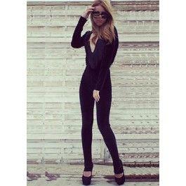 Black Velvet Jumpsuit! Indrazneste sa iesi din tipare purtand o salopeta mulata din catifea cu decolteu adanc si franjuri!