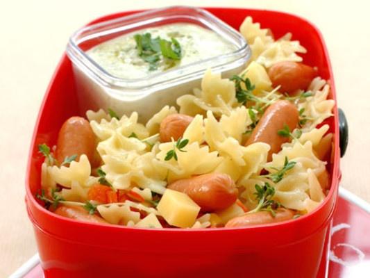 pølse og pastasalat med hvitløk- og dilldressing