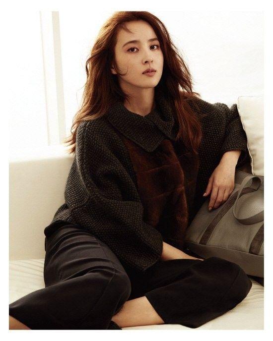 Han Hye Jin shows off her breathtaking beauty in 'Fabiana Filippi' pictorial http://www.allkpop.com/article/2016/08/han-hye-jin-shows-off-her-breathtaking-beauty-in-fabiana-filippi-pictorial #hanhyejin