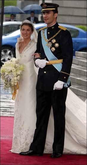 Il neo Re di Spagna Felipe di Borbone sposa la giornalista Letizia Ortiz nel 2004.
