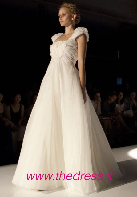 http://www.thedress.it/4566/una-moderna-giovanna-darco-per-la-sposa-david-fielden-2013/