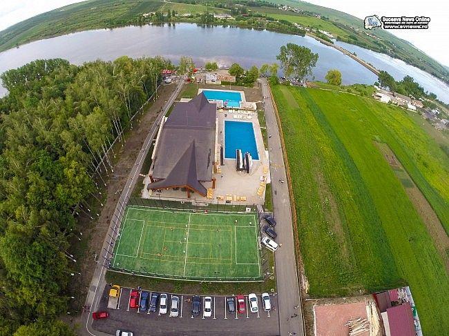 """Baza de agrement """"Nada Florilor"""" are trei piscine exterioare, o piscină interioară, un teren de sport multifuncţional şi o pistă de biciclete."""