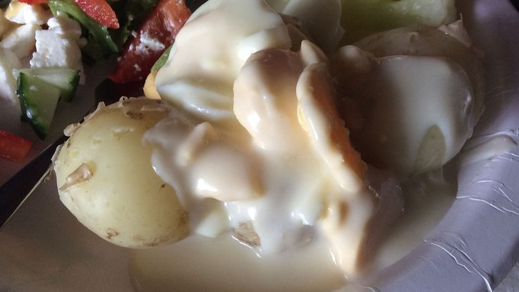 Kananmunakastike sopii sellaisenaan perunoiden kanssa pääruoaksi, kun kananmuna lisätään kastikkeeseen siivuina. Kuva: Hannakaisa Taskinen.