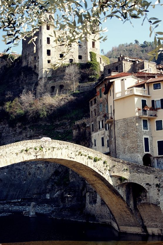 Dolceacqua, il ponte e il Castello Doria.