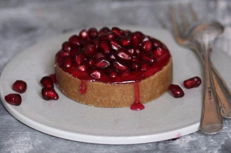 Små cheesecakes med skyr. Farvespark. Cheesecaken er toppet med friske granatæblekerner og granatæblesirup for at give den friskhed og farvespark. - Foto: Maja Ambeck Vase
