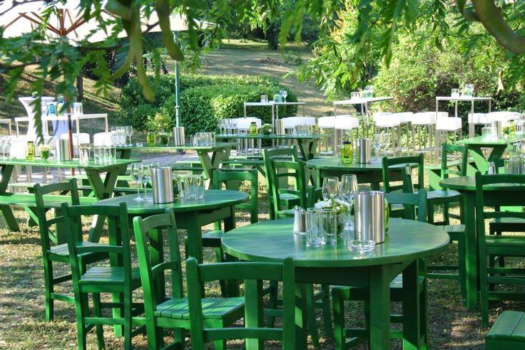 """Heurigengarnitur """"Grinzing""""   BBQ Sommerfest in der Parkanlage der Sektkellerei Schlumberger  Location: https://www.schlumberger.at/ Catering & Fotocredit: http://www.schwarzhirsch-catering.at/  #Sommerfest #Gartenparty #Heurigengarnitur #Fest #Party"""