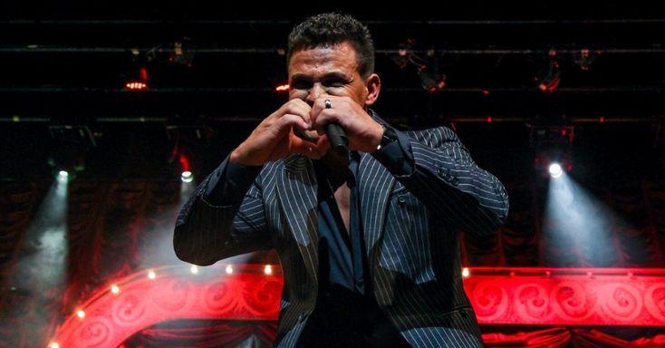 """Em grande show no Citibank Hall, na zona sul de São Paulo, da turnê do DVD """"Cabaré"""", na noite desta sexta-feira, Leonardo e Eduardo Costa emocionam a plateia com um espetáculo grandioso. """"É um show diferente, um show de dois artistas já consagrados pelo Brasil afora, com fãs por todo lado, com um repertório que todo mundo curte nas festas e nos bailes. É maravilhoso"""", comenta Leonardo"""