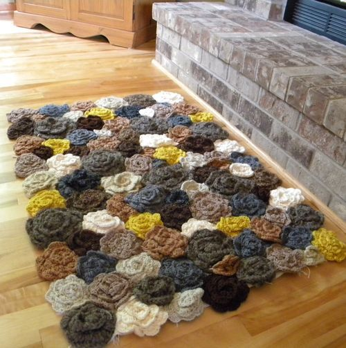 Previous pinner says: Crochet Rug. No pattern or anything attached to this pin - just a pretty picture. But I bet I could figure out how to DIY it!