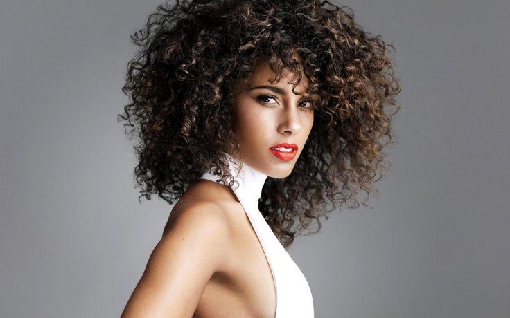Saç UzatmakYaz ayları yaklaşınca neredeyse bütün kadınlarda başlıyor saç uzatma telaşı.Peki saç uzatmak sizce de birkaç jel sürüp beklemeyle gerçekleşirmi? Eğer saçınızı uzatmak istiyorsanız ilk...