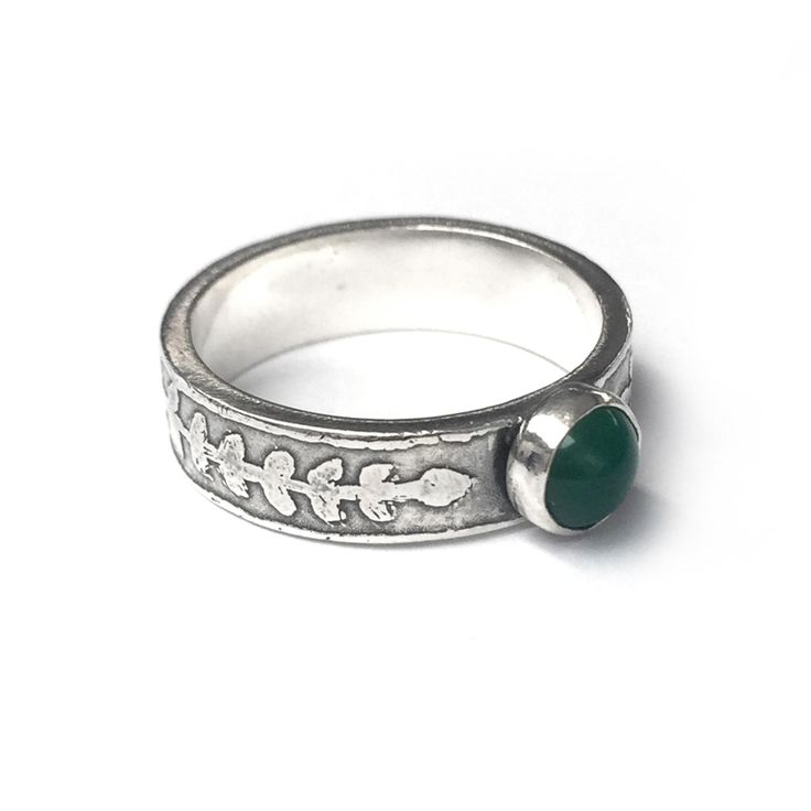 A one-off sterling silver band (5mm wide) with etched leaf detailing and a Green Agate cabochon stone (6mm). SIZE Q ONLY! LAST CHANCE SALOON NOTES * Items are non returnable, unless deemed faulty by BMM * Rings are only available in the sizes stated. Please don't email for other sizes, Last Chance Saloon items are …
