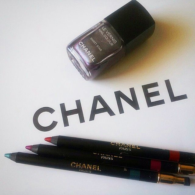 Per la #vfno #chanel lancia una limited composta da tre matite super colorate e uno smalto metallico! Ideali per chi vuole seguire le tendenze make up di questo inverno! #letentazionidilaura #tentazionemakeup #makeupcollection #beautyblogger #ibblogger