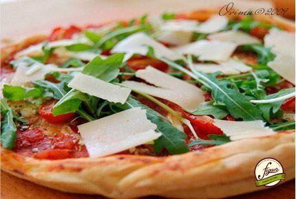 Пицца домашняя  Вам потребуется: Мука пшеничная 500.0 г Дрожжи сухие быстродействующие 7.0 г Вода простая 250.0 г Сахар песок 1.0 ч.л Масло оливковое 3.0 ст.л. Помидоры в собственном соку 1.0 банка Чеснок дольки 2.0 шт Сыр пармезан 100.0 г Сыр моцарелла 100.0 г Бекон 100.0 г Руколла 1.0 пучок  Приготовление: 1. В полстакане воды разбавим наши дрожжи и поставим в теплое место ,если через 5 минут не появились пузырьки ,то взболтайте ещё раз . Возьмём миску . В муку добавим соль , оливковое…
