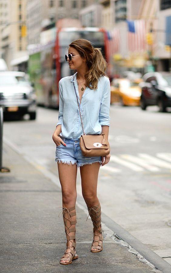 Comment porter son short en jean ? Avec un mini sac chic et des spartiates hautes par exemple.