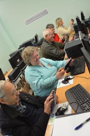 OLD PEOPLE, LIFE-LONG LEARNING, DIGITAL EDUCATION Η 50και Ελλάς με την ευγενική χορηγία των εταιρειών ΟΤΕ-COSMOTE ξεκίνησε το 2013 το πρόγραμμα «Πρόσβαση στον Ψηφιακό Κόσμο» σε συνεργασία με Δήμους, παρέχοντας μαθήματα Ηλεκτρονικών Υπολογιστών για άτομα μεγαλύτερης ηλικίας. Στόχος του προγράμματος είναι να εκπαιδευτούν όσο το δυνατό περισσότεροι ενήλικες μεγαλύτερης ηλικίας στις βασικές γνώσεις των ηλεκτρονικών υπολογιστών,