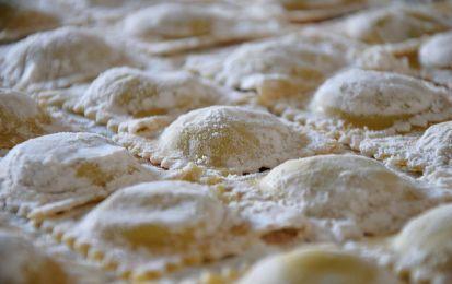Ravioli fatti in casa - La ricetta dei ravioli fatti in casa permette di realizzare un deliziosa pasta all'uovo ripiena, una ricetta tipica della lunga tradizione culinaria italiana.