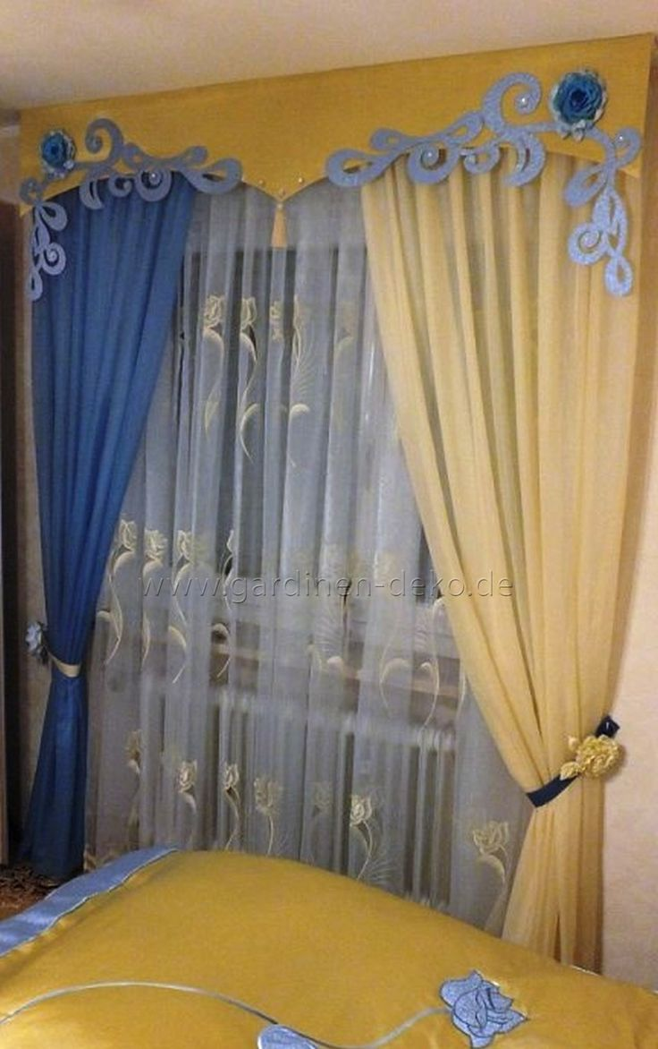 klassischer schlafzimmer vorhang in blauen und gelben tönen mit