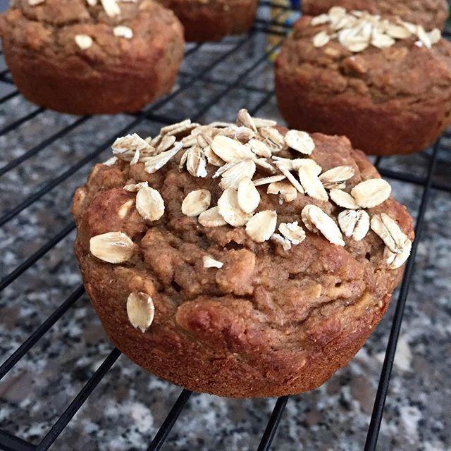 Vegan Protein Banana Muffins  De mis snacks preferidos, con 6.5g de proteína vegan y fruta natural. Son deliciosos con mantequilla de almendras en el desayuno!  NUTRITIONAL INFORMATION Serving size: 1 muffin Calories: 103kcal Fat: 2g Carbohydrates: 12g Sugar: 4g Fiber: 2.5g Protein: 6.5g ------------------------------- Vegan Banana Protein Muffins One of my favorite snacks, made with fresh fruit and packed with 6.5g of vegan protein! Love this with almond butter.  NUTRITIONAL INFORMATION…