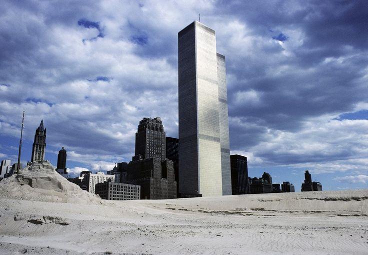 Башни Всемирного торгового центра и намывная территория ставшая районом Бэттери-Парк-Сити, 1970-е годы.   Фото Paul Kirk