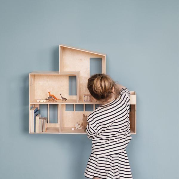 Bestil det stilfulde dukkehus fra ferm living. Dukkehuset lader barnets fantasi få frit løb, når det gælder indretning. Bestil ferm living hos lirumlarumleg.dk