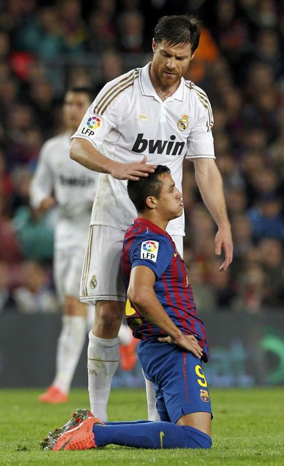 Победа «Реала» над «Барселоной».Хаби Алонсо утешает Алексиса Санчеса.