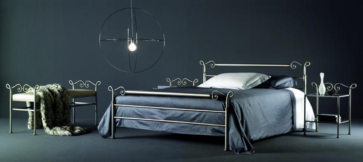 Metallsäng med med matchande sängbord och sängbänk http://www.vallaste.se/sv/25-metalls%C3%A4ngar