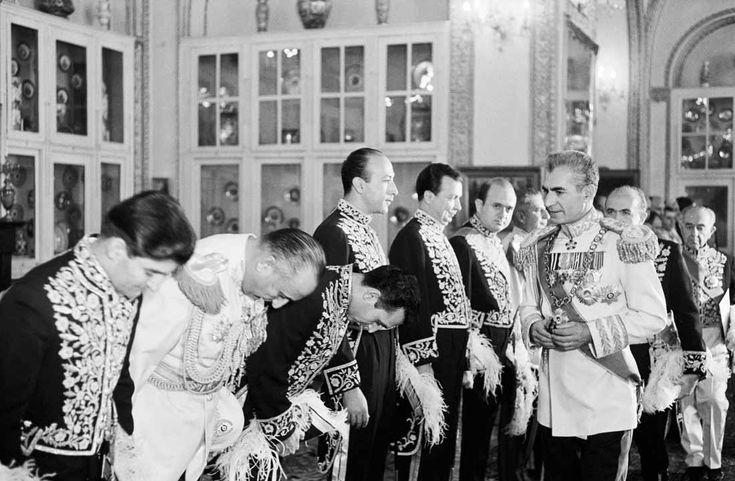 Mohammad Reza Pahlavi, shah of Iran, reviews dignitaries in the great hall of Golestan Palace during celebrations of the 25th anniversary of his reign, in 1965. Jack Garofalo/Paris Match... İran Şahı Muhammed Rıza Pehlevi, 1965 yılında, saltanatının 25. yıldönümü kutlamaları sırasında Gülistan Sarayı'nın büyük salonunda gelenleri kabulü