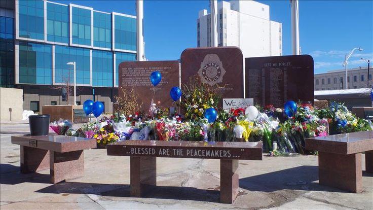 """Denver (CO), 19 feb (EFEUSA).- Dirigentes latinos participaron en un acto de desagravio del monumento que recuerda a los policías de Denver caídos en cumplimiento del deber después de que este monumento fuese pintado de rojo durante una reciente protesta contra el abuso policial. """"Venimos a mostrar respeto a la memoria de nuestros héroes caídos. …"""