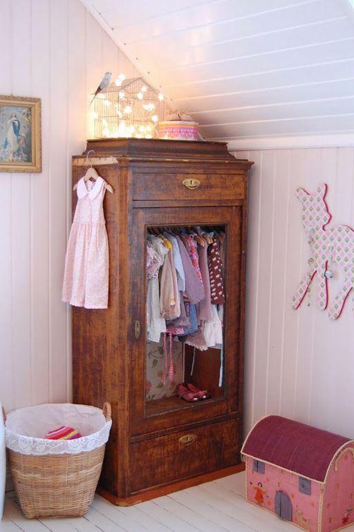 Un armario antiguo de madera en una habitación infantil