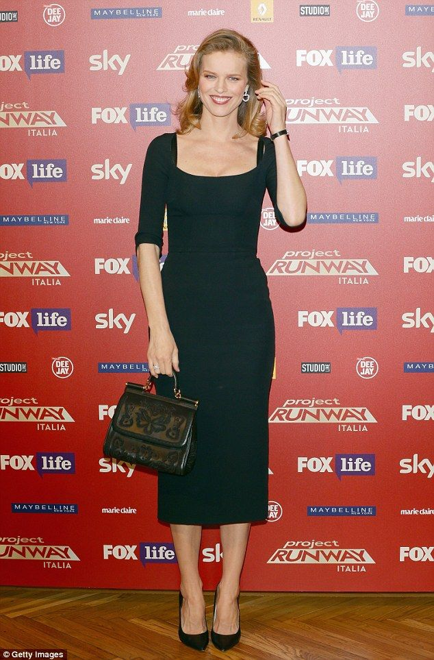 Accessories: The fashion icon kept her trusty leather bag about her person for the photo call