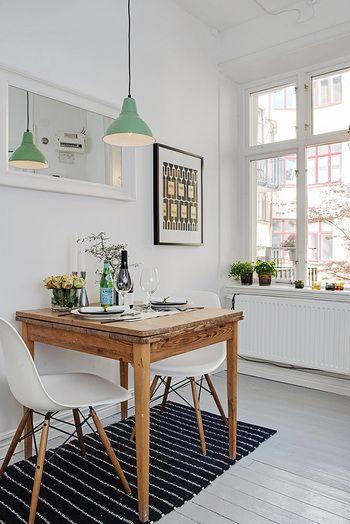 ダイニングがキッチンと同じスペースにある場合、ダイニングの壁に鏡をかけるのもおすすめです。照明が映り込んでさらにおしゃれな印象に―。