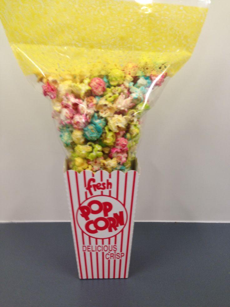 gekleurde popcorn met popcorn bakje