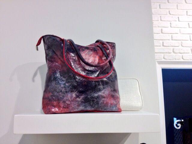 Second day della Fiera di Linea Pelle!!! Vi aspettiamo!!! Pad 15 - B 21 *Accessori realizzati con i nostri tessuti* Questa borsa è realizzata con ecopelle stampata.