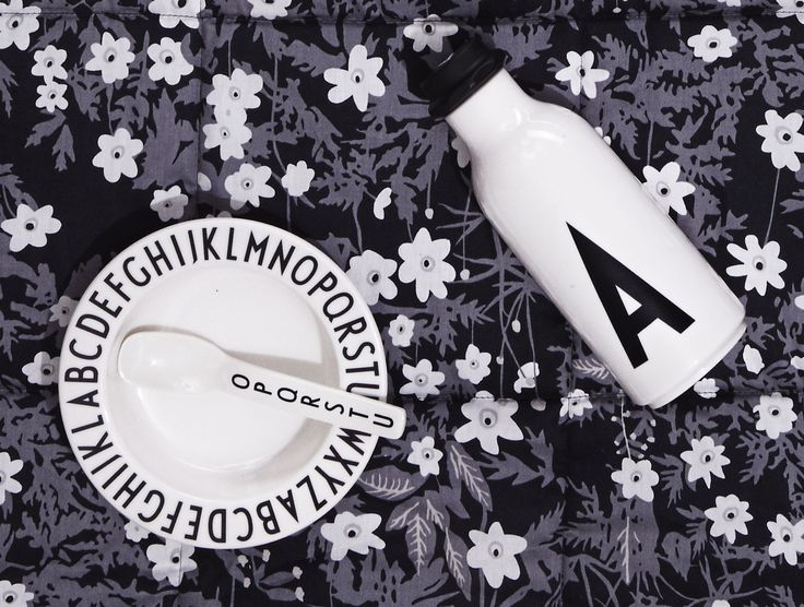 Serve the breakfast as a picnic. With melamine and a cool picnic blanket. Typography: AJ Vintage ABC. Flower blanket: Flowers by AJ.