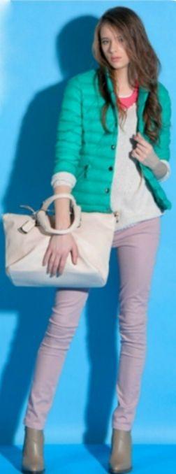 Бирюзовая блузка, белые брюки, розовая сумка, серые туфли